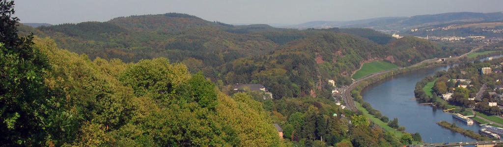 Blick von der Mariensäule oberhalb von Trier auf die Mosel und umliegendes Gelände. Bildrechte:© Nicola Dülk