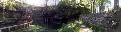 Sanftes Wasserplätschern, Vogelgezwitscher und viel Ruhe finden Erholungs Suchende am Felsenweiher in Ernzen. Hier kann man durchatmen und die Natur in vollen Zügen genießen.