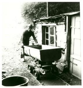 Opa Bumm, mit bürgerlichem Namen Nikolaus Becker, bei seiner schweren Arbeit in der Grube Hoffnung.