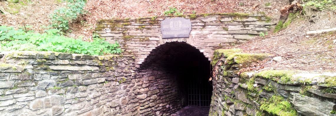Das Mundloch der Grube Hoffnung in Fell und heute Besuchereingang in die Grube Barbara-Hoffnung.