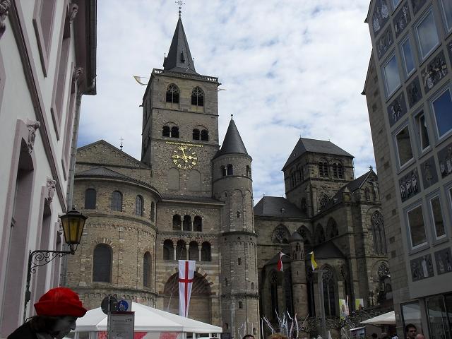 Der Trierer Dom fasziniert jedes Jahr Millionen von Besuchern und wurde ebenfalls 1986 ins UNESCO Weltkulturerbe aufgenommen. Insbesondere die Heilig Rock Wallfahrt 2012 lockte viele Besucher nach Trier.