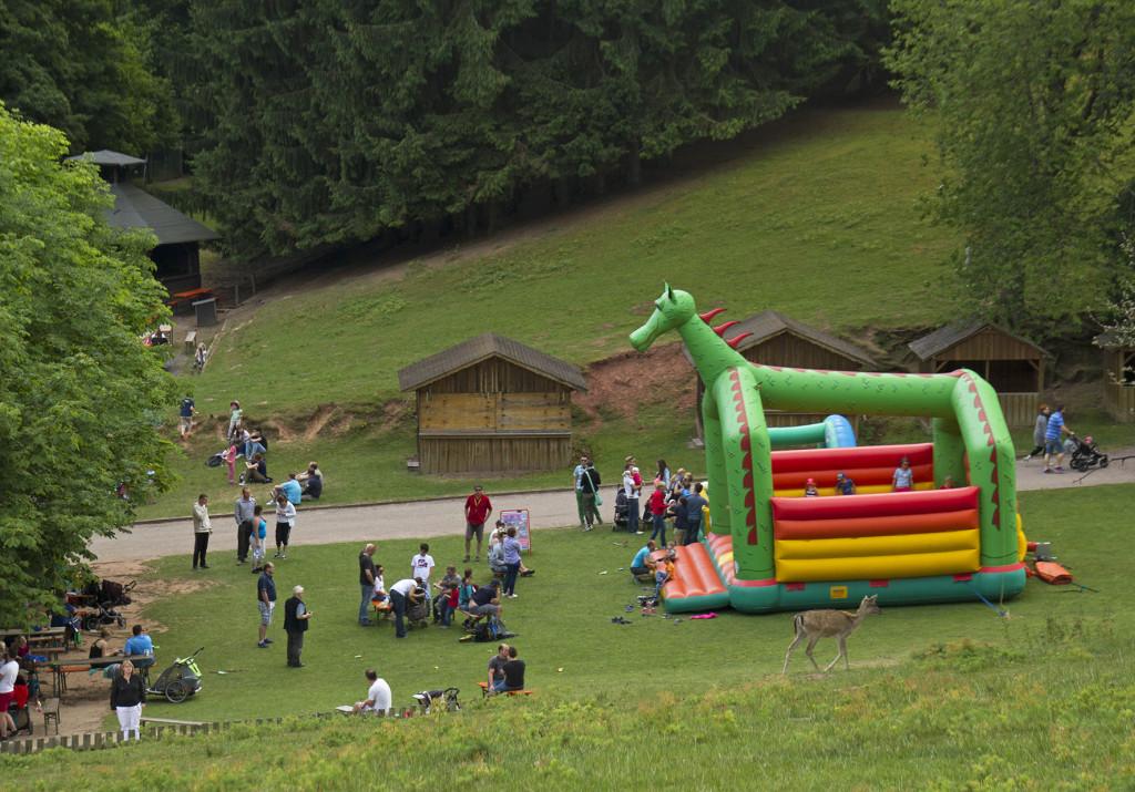 Besucherwiese mit Hüpfburg im Wild- und Wanderpark Silz