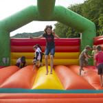 Auf der Hüpfburg im Wild und Wanderpark Silz können sich die Kids austoben.