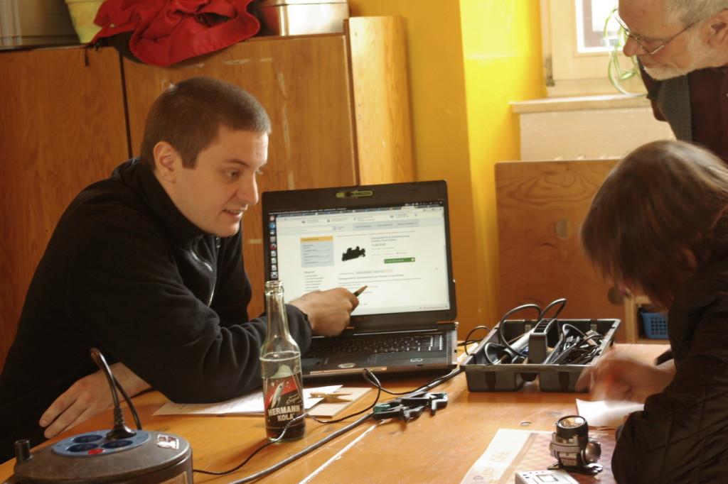 Dennis Fett (Computerspezialist) während einer Beratung für Ersatzteile.