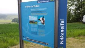 Blaue Hinweistafel bedeutet Informationen zur Maar-Erlebnis-Route
