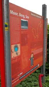 Rote Hinweistafeln weisen auf die Deutsche Vulkanstraße hin.